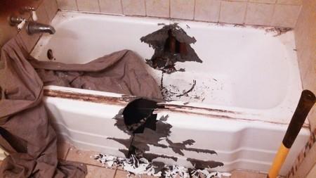 разбить ванну кувалдой