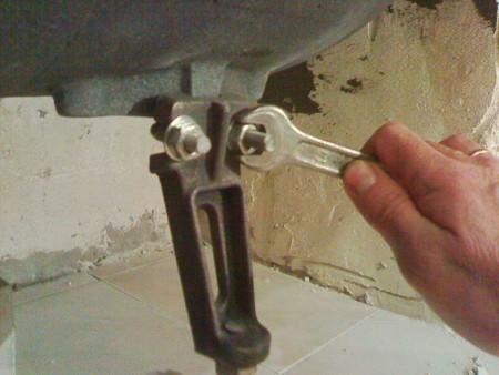 Ножки крепятся посредством клиньев или стягиваются болтами