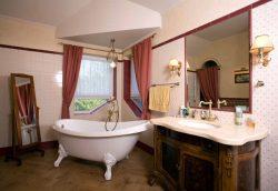 Дизайн ванной комнаты с окном