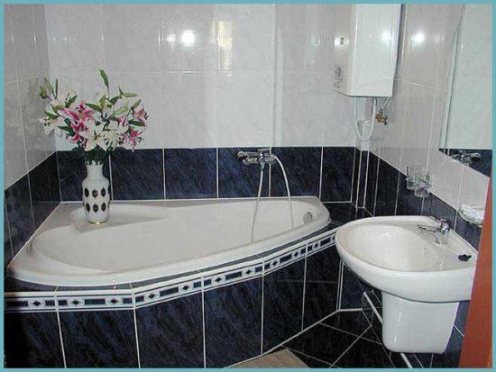угловая ванна в маленькой квартире
