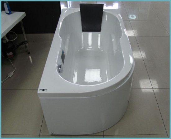 ванна с подголовником