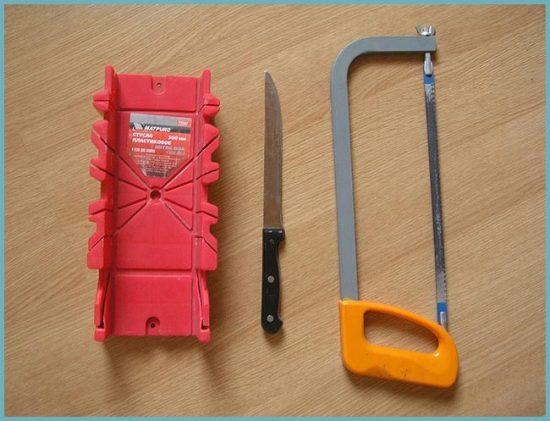 как обрезать плинтус потолочный