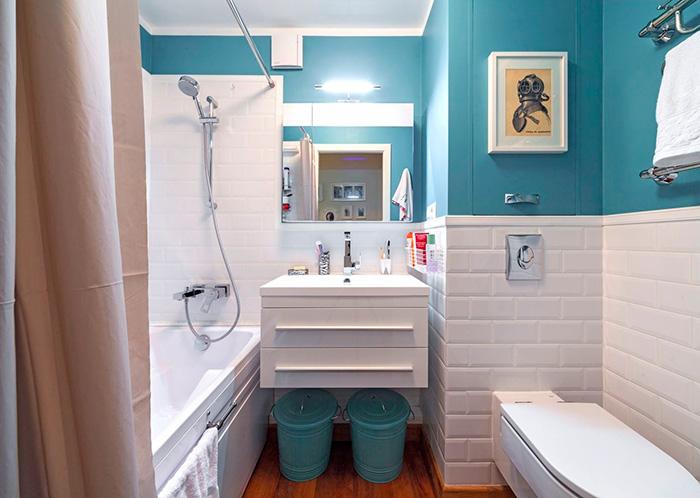 сочетание белого и голубого в интерьере ванной