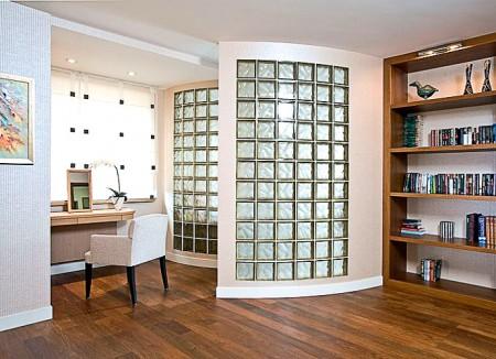 Стеклоблоки в интерьере гостинной (полукруглая форма)