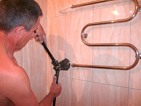 Как поменять полотенцесушитель своими руками