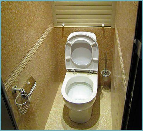Шкафчик в туалете за унитазом