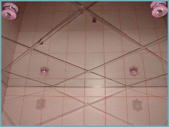 уход за зеркальным потолком в ванной